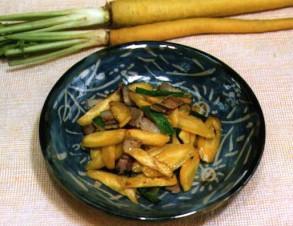 チデークニイリチー (黄人参の炒め物)の写真
